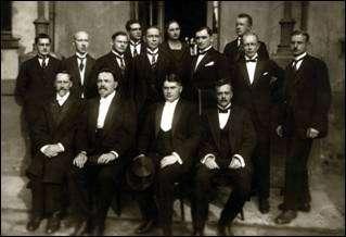 Aleksandra Augstumu ārsti 1924.gadā iestādes 100 gadu svinībās.  Pirmajā rindā otrais no labās – slimnīcas direktors Jānis Brants.